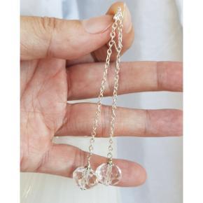 Hjemmelavede lange øreringe med krystalperler fra en vintage halskæde. Hele længden er 10,5 cm. (De kan laves kortere efter ønske). Fast pris. Æske kan tilkøbes for 5 kr. Kan også sende som brev for 10 kr.  Se også mine andre annoncer med smykker 🦋