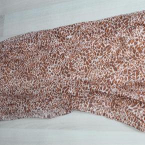 Varetype: beck søndergård tørklæde. 100% Bommuld Størrelse: 180 x 85 Farve: flere  Lækkert tørklæde, brugt få gange. Størrelse 180 X 85 CM