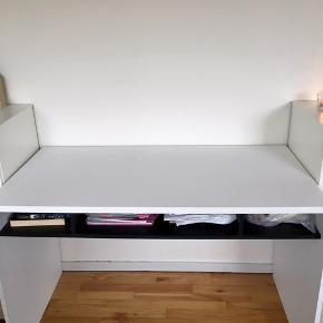God skrivebord med nogle pletter (har ikke forsøget og fjerne det, endnu) bor i en lejlighed på 1. Sal  - der kræves  2 til, at hente den da den er tung  Mål: L:118 D: 59 H:70