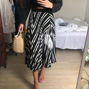 Rigtig fin plisseret nederdel fra H&M - aldrig brugt 🦋