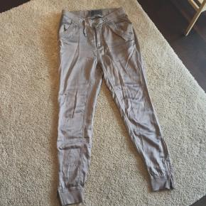 Loose fit bukser i silkeblanding med sidelommer og lynlås ved ankler