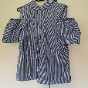 Fin skjorte med bare skuldre. Stadig med mærke!
