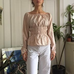 Meget flot bluse med puffede skuldre og elastik i taljen