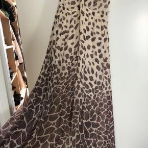 Super smuk kjole i 100% silke. Overfladen er ikke shiny og gør farverne dæmpet og smukke.   Nypris 2500,-
