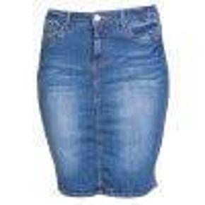 Varetype: nederdel Farve: Mørkeblå Oprindelig købspris: 499 kr.  Cowboy nederdel. Med regulerbar elastik i taljen. Talje 107 cm, taljemål udstrakt 118, hoftemål 122, længde 60 cm. Slids bag på. 95 % bomuld, 3 % polyester, 2 % elastan