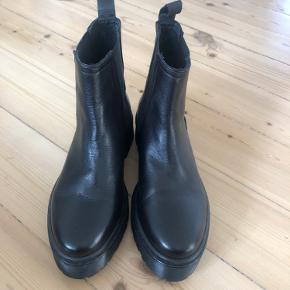 Så fine sorte støvletter fra Shoe Biz i str 38.  De er alm i str.  De har kun været prøvet på indendørs, er derfor som nye 🍂  MP : 400,-kr pp og TS-gebyr  BYTTER IKKE 🍁