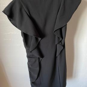 Soaked kjole med flotte detaljer og lynlås i siden. Brugt meget lidt. Stadig super fin. Virkelig smuk når den kommer på. Kvalitetskjole.  HUSK! At se mine andre annoncer.  Realistisk bud er velkommen