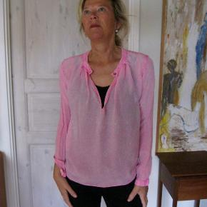 Smuk skjorte, i en fin sart lyserød. Brugt få gange, yderst velholdt. Bud fra 200pp + Gebyr handler gerne mobilpay sender med DAO