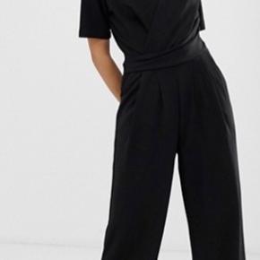 Rigtig fin buksedragt fra b.young, som ikke sælges mere. Købt på Zalando og brugt en enkelt gang. Spørg gerne for flere billeder og se mine andre annoncer 💛💛💛