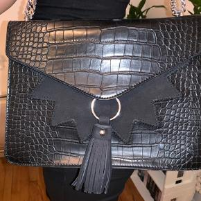 Klassisk sort taske fra Asos. Brugt få gange