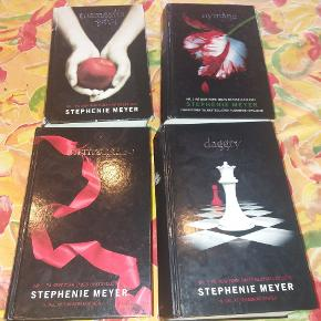 Alle 4 bind af Stephenie Meyers Twillight bøger. Danske. I pæn stand. Bind 1 har været læst mere end de andre - så lidt slid. De øvrige 3 bind er næsten som nye.