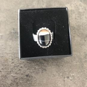 Smuk og anderledes fingerring i sølv.  Ca. Str. 55,5. Aldrig brugt.
