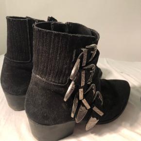 Sælger mine super fine pavement støvler da jeg ikke får dem brugt længere.   (Sælges også i grønne i str. 39)  Np: 1100,-  Tager med glæde imod alle bud - så byyyd Mødes hellere end gerne med købere🤩