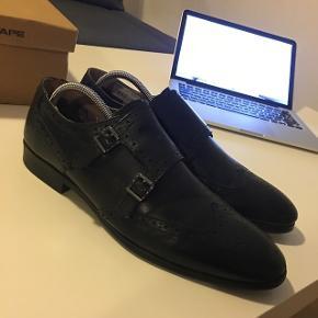 Sælger disse lækre dobbel monk sko! Brugt 3 gange  Perfekte til julefrokoster eller nytår!  Str: 44   Np: 700 Mp: 200  Sendes på købers regning. Vi kan godt finde ud af en god pris hvis du køber nogle af mine andre annoncer også :-)