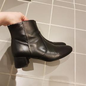 Varetype: Ankelstøvler Farve: Sort Oprindelig købspris: 549 kr.  Lidt slid ude på spidsen af skoen. Sælges derfor billigt. 4 cm hæl