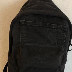 Taske lavet af slidte cowboybukser, med en læder strop