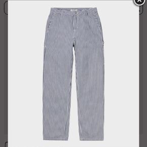 Sælger de her populære carhartt bukser i str 25 (passer en 36, vil jeg vurdere)  De er aldrig brugt eller vasket.  Mp er 800 og bud under besvares ikke🧡🧡