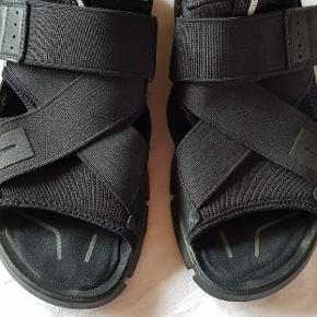Lækre sandaler, tæt på næsten som ny. Det er elastik remme og med velcro tilpasning