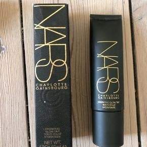 Nars x Charlotte Gainsbourg Hydrating Glow Tint i farven Fair  Ny og ubrugt - stadig i æske - full size 50 ml