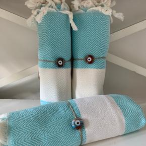 Hammam Hamam Hamman    Cirka 100x175 cm  De vævede, tyrkiske hammam-håndklæder er lavet af 100% tyrkisk bomuld. De er super bløde og næsten silkeagtige at røre ved. Den stramme, flade vævning gør dem meget absorberende, lette og hurtigt tørrende.  Brug som badehåndklæde på rejsen eller i spaen. De fine mønstre gør håndklæderne super smukke at bruge som sarong, tørklæde, babyslynge, tæppe eller meget andet. 149 pr stk. Plus Porto 37 kr pr pakke☺️