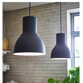 En grå Hektar-loftlampe fra IKEA 💡 Inkl. 2 m stofledning 🔌 Har aldrig været brugt ✨ Størrelse: 22 cm i diameter📏  Original pris: 149 kr. 💰 Nu: 40 kr. 👌🏻 . #komogkøb