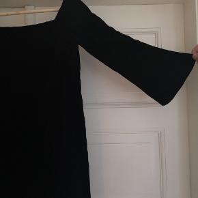 Fin fløjlskjole fra Zara Basic str. S HELT SORT. med søde trompetærmer