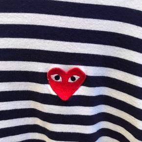 Langærmet T-shirt fra Comme Des Garcons. Brugt 2-3 gange og i god stand.  Str. L, men passer M/stor M.  Nypris: 950 Mindstepris: 500