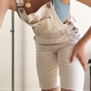 Denim overalls som jeg selv har klippet. Virkelig fed, får den bare ikke brugt nok. Der er lidt carhartt stil over den. Råhvid i farven, god stand.   Bermuda, denim, buksedragt, smækbukser