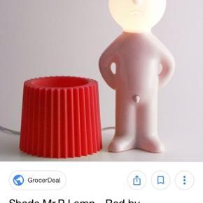 Mr P One man shy lampe med cremefarvet krop og pink lampeskærm. Brugt men i god stand.  Nypris 799kr.  Afhentes i 8260 Stavtrup eller sendes på købers regning.