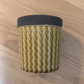 Fin lille potte i retrostil i olivengrøn/karrygul farve alt efter hvordan lyset falder. Ingen skår og i perfekt stand. Den er 11 cm høj