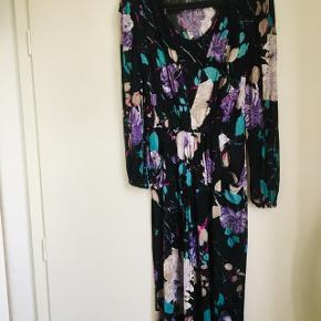 💜 Flot vintage kjole som egentlig kan passes af både s og m, der er lommer i og tynde skulder puder 💜