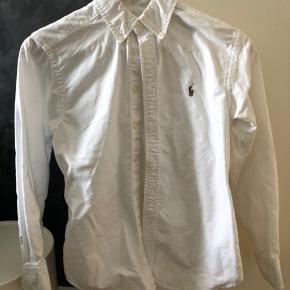 Super fin hvid skjorte. Kun brugt få gange og fremstår i super fin stand.