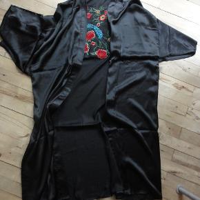 Retro satin kimono med broderi Jeg kan ikke finde bæltet, derfor så billig. Farve: sort