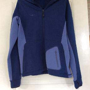 """Sports - jakke, mærke : KAIKKIALLA. """"Walk on the wild side"""" står der i kraven. Mange lommer.  Som ny. Flot farve. Str. L"""