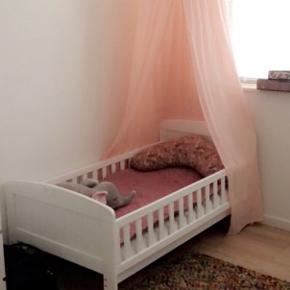 Fin junior seng brugt 1 år. Den ene side ved hovedgærdet (10 cm af træ stykket) er faldet af og skal limes på. Fejler ellers ingen ting. Sengehimmel kan også købes.