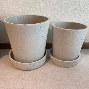 Fine grå potter fra Hübsch. Der er en lille revne i underskålen på den store, men ikke noget af stor betydning. Diameter er 16 og 13. Prisen er samlet.
