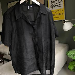 Fin oversize skjorte i transparent stof. Brugt 1 gang.