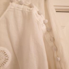 Skøn bluse med yndige detaljer. Str mærke er der ikke. Men jeg er en 38 og passer den . Køber betaler ts og porto ⭐