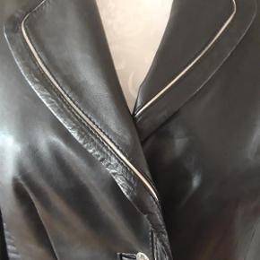 Brand: SAKI COLLECTION Varetype: Skindjakke /blazer Farve: Sort Oprindelig købspris: 1600 kr.  Pæn , sort skindjakker /blazer med hvid kanter.  Længde - 55 cm Brystvide - 90 cm  Fin stand , velholdt , som ny