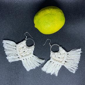 Håndknyttet macrame øreringe med Sterling sølv ørestik.  Kan sendes med postnord brev for 10 kr.
