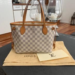 Sælger min Louis Vuitton neverfull pm i azur . Den er i rigtig fin stand.  Der følger dustbag og kvittering med.   Mp 4000kr