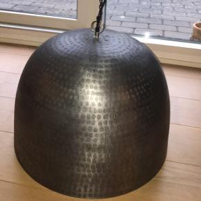Spisebordslampe i industri stil.. lavet i  behandlet metal, nem at holde ruster ikke. Ikke voldsomt tung heller.  Ø52 cm  H 38-40cm