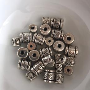 Perler med sølvlook. 25g. Jeg kender desværre ikke materialet, men det er meget let.  Kan bruges til smykkefremstilling eller andre hobbyprojekter :-)  Se evt. mine andre annoncer med perler og diverse til smykkefremstilling.  Er du interesseret i flere af mine annoncer så kom gerne med et samlet bud.  Kan afhentes i Kbh K eller sendes mod købers betaling af porto.