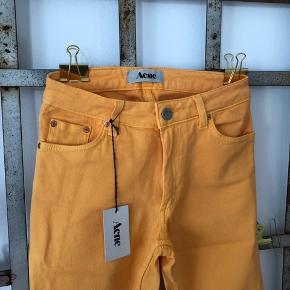 Special Edition lysegule Acne Jeans str. 26/32. Stretch fit.  ▪️Velkommen i shoppen 🤩👗☘️ ▪️Bud er altid velkomne 🌹📸💰 ▪️Sender udvalgte varer 📦🔍💌 ▪️Afhentning nær Nørrebro st. ☑️ ▪️Ingen byttehandler 🔁🌸🖖🏼🌼