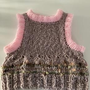 Ny strikket Rosa vest🌸 Passer en S og M. Mål: Bredde 2x40, længde fra skulder til bund:38 cm. Skal vaskes i hånden eller uld vask. Jeg har syet kanterne/rib ved hals og ærme dobbelt🌸Strikket af Hjerte Cottob flamme og DOLCE KIF Mohair🌸🤩
