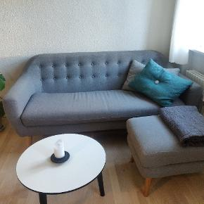 3 personers sofa fra Sofakompagniet. Andie Light Grey med tilhørende fodskamle Georg Light Grey. Leg type A, Oak 17 cm. Kvittering haves.