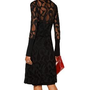 """Fineste kjole fra Malene Birger, aldrig brug da den ikke helt er mig.  Underkjole medfølger.   """"Raffineret grafisk, semi-transparent tone-i-tone mønster definerer denne smarte kjole fra By Malene Birger, der er skåret lige ved knæet for en flatterende silhuet. Den er detaljeret med ribkanter, et skørt med læg og en pæn afrundet halsudskæring.""""   60% Polyester, 40% Polyamid / 96% Viskose, 4% Elastan"""