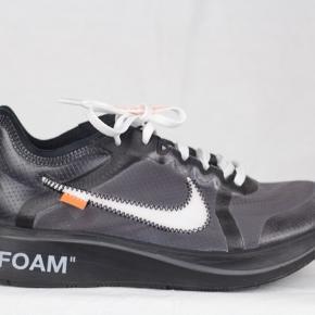 Off White X Nike Zoom fly _______________________ Super fed sommer sneaker, med lidt flex drysset på. Brugt 2 gange, men logoet  inde i er lidt slidt da de har været brugt til en fest, men ellers er de clean af. Ingen huller eller noget andet. Der høre et tag 2 par forskellige laces med. De er købt på Stock X og derfor høre der også et Stock X tag med.  Har alt og. Str 39 (fitter str 38,5 eller mindre)  Np: 2600 kr