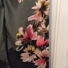 Vildt flotte florlette bukser med blomsterprint ned langs siderne. To sidelommer. Italiensk str. 40 – svarer til 34 eller xs. Aldrig brugt. Bytter ikke.