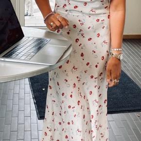 Overvejer at sælge denne mega smukke kjole fra Realisation Par. Kjolen er brugt en enkelt gang da jeg blev student. Standen er derfor som ny. Nyprisen var omkring de 2000. Byd gerne:)